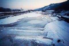 Paisaje congelado del río Foto de archivo libre de regalías