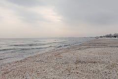 Paisaje congelado playa del invierno Imagenes de archivo