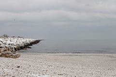 Paisaje congelado playa del invierno Fotografía de archivo libre de regalías