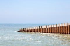 Paisaje costero con rompeolas en el mar Imagen de archivo libre de regalías