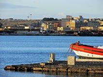 Paisaje costero con un muelle en el primero plano Imagen de archivo libre de regalías