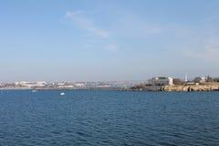 Paisaje costero de la ciudad y del mar Imagen de archivo