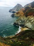 Paisaje costero del océano con agua y las montañas imagenes de archivo