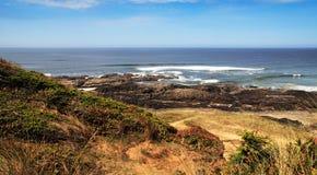 Paisaje costero en día asoleado Fotos de archivo