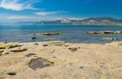 Paisaje crimeo con la orilla del Mar Negro en el cabo de Meganom Foto de archivo libre de regalías