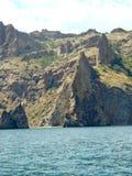 Paisaje crimeo del volcán extinto de Karadag Roca de la puerta de oro Fotos de archivo libres de regalías