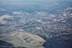 Paisaje de Airview con la ciudad y el bosque imágenes de archivo libres de regalías