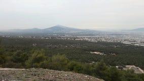 Paisaje de Attica Greece según lo visto de la montaña de Parnes al día de invierno nevoso almacen de metraje de vídeo