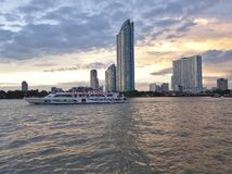 Paisaje de Bangkok Chao Phraya River imagen de archivo
