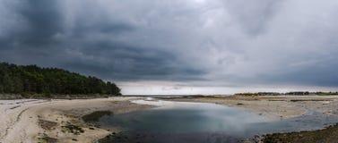Paisaje de Bretaña contra un fondo de nubes fotos de archivo libres de regalías