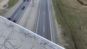 Paisaje de caminos, de edificios, de tejados y de puentes grises con asfalto agrietado almacen de metraje de vídeo