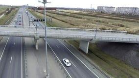 Paisaje de caminos, de edificios, de tejados y de puentes grises con asfalto agrietado metrajes