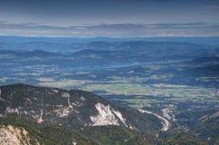 Paisaje de Carinthia en Austria con el lago, las colinas y las montañas fotografía de archivo libre de regalías