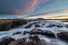 Paisaje de cascadas y de los ríos en tierras islandesas imágenes de archivo libres de regalías