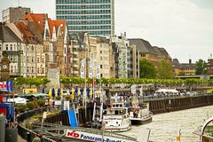 Paisaje de Düsseldorf, Alemania con la 'promenade' del Rin y las casas típicas Foto de archivo