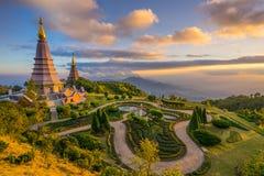 Paisaje de dos pagodas en una montaña de Inthanon, Tailandia imagen de archivo