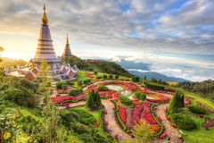 Paisaje de dos pagodas Noppamethanedol y Noppapol Phumsiri, I Foto de archivo libre de regalías