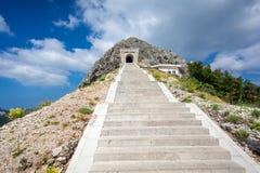 Paisaje de escaleras y del túnel en la montaña de Lovcen Imágenes de archivo libres de regalías