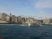 Paisaje de Estambul con el barco de vapor y Galata Imagen de archivo