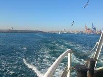 Paisaje de Estambul del barco de vapor en el mar Fotos de archivo