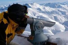 Paisaje de exploración de la nieve de la mujer con el telescopio fotografía de archivo libre de regalías