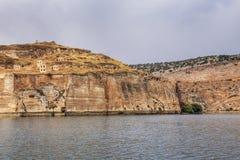 Paisaje de Halfeti en el primero plano Euphrates River y la mezquita hundida Sanliurfa, Gaziantep en Turquía fotos de archivo libres de regalías