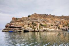 Paisaje de Halfeti en el primero plano Euphrates River y la mezquita hundida Sanliurfa, Gaziantep en Turquía imagen de archivo libre de regalías