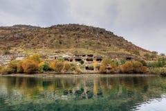 Paisaje de Halfeti en el primero plano Euphrates River y la mezquita hundida Sanliurfa, Gaziantep en Turquía imagenes de archivo