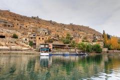 Paisaje de Halfeti en el primero plano Euphrates River y la mezquita hundida Sanliurfa, Gaziantep en Turquía foto de archivo