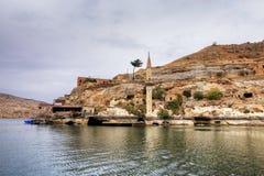 Paisaje de Halfeti en el primero plano Euphrates River y la mezquita hundida Sanliurfa, Gaziantep en Turquía imagen de archivo