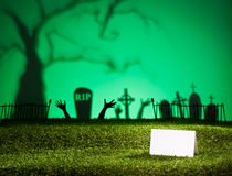 Paisaje de Halloween con la tarjeta de la tabla Fotos de archivo libres de regalías