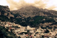 Paisaje de Italia - paisaje aéreo asombroso del pueblo de Positano fotografía de archivo libre de regalías