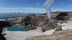 Paisaje de Kamchatka: vista del volcán activo de Gorely, actividad fumarolic del volcán almacen de metraje de vídeo