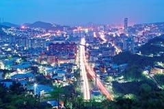 Paisaje de Keelung, una ciudad de la noche del puerto en Taiwán septentrional Imagen de archivo libre de regalías