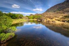 Paisaje de Killarney con las montañas reflejadas en el lago Imagen de archivo libre de regalías