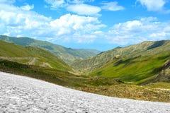 Paisaje de la alta montaña con el cielo azul imagenes de archivo