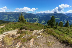 Paisaje de la alta montaña con el cielo nublado y las piedras azules en el primero plano Austria, el Tirol, Zillertal, alto camin fotografía de archivo libre de regalías