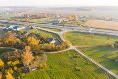 Paisaje de la antena del otoño Caminos de Twistling en el campo imagen de archivo
