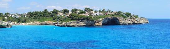 Paisaje de la bahía hermosa de Cala Anguila con un mar maravilloso de la turquesa, Oporto Cristo, Majorca, España imagen de archivo libre de regalías