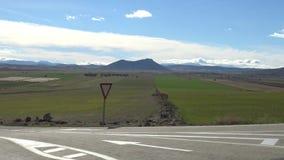 paisaje de la belleza 4K del campo verde con la montaña en un día caliente en España almacen de video