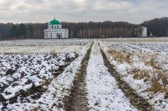 Paisaje de la caída con un camino de tierra que lleva a una iglesia antigua Fotografía de archivo libre de regalías
