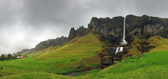 Paisaje de la cascada, Islandia suroriental - panorama foto de archivo