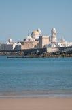 Paisaje de la catedral de Cádiz de la playa Foto de archivo libre de regalías
