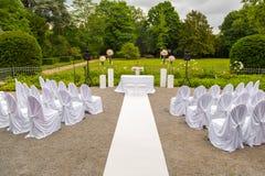 Paisaje de la ceremonia de boda en el parque Marco blanco adornado con las flores Ceremonia en el estilo blanco Foto de archivo libre de regalías
