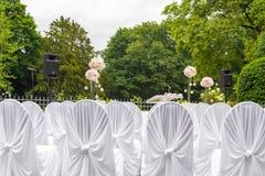 Paisaje de la ceremonia de boda en el parque Marco blanco adornado con las flores Ceremonia en el estilo blanco Imagen de archivo