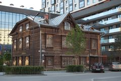 Paisaje de la ciudad Calle 20 de Gogol Monumento de la arquitectura de madera del comienzo del siglo XX fotografía de archivo