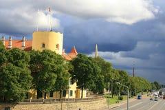 Paisaje de la ciudad con las grandes nubes Foto de archivo