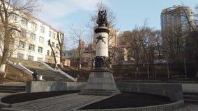 Paisaje de la ciudad con un monumento a las víctimas de los piratas del aire