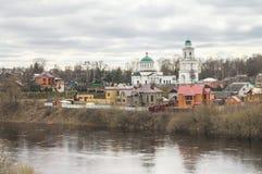 Paisaje de la ciudad de la primavera en el río Volga Rzhev, región de Tver Fotos de archivo libres de regalías