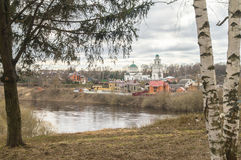 Paisaje de la ciudad de la primavera en el río Volga Rzhev, región de Tver Imágenes de archivo libres de regalías
